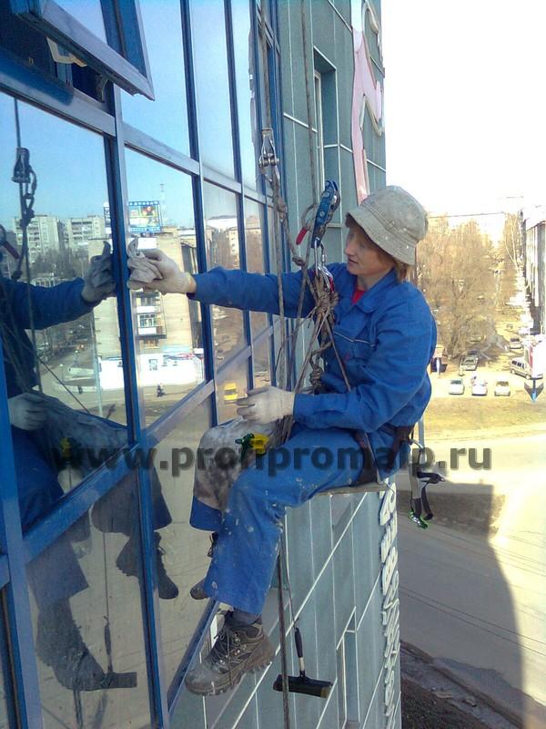 Мойка фасадов промышленными альпинистами